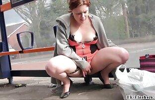 Vanessa Scott porno gratuit avec les animaux se déshabille dans sa chambre sur le thème de la rose