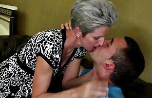 Une blonde film porno pour lesbienne sexy chevauche un gode sur la table.